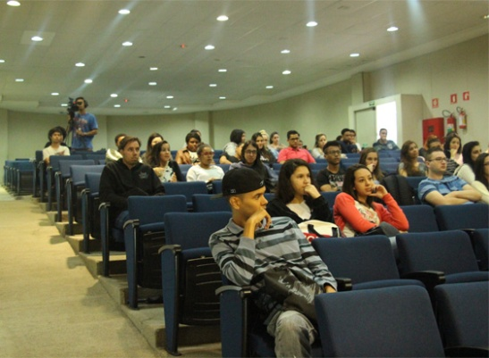 Alunos de Relações Públicas prestigiam evento no auditório Nelson Carneiro do campus Liberdade