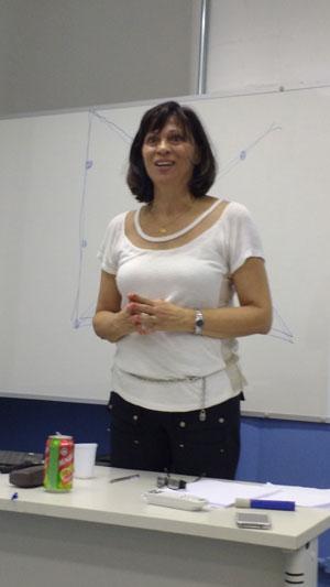 A professora Cassia Maria estimulou a criatividade dos alunos em sua oficina