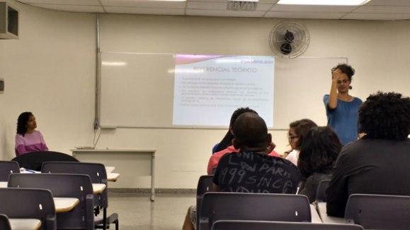 A professora Michelle Roxo esclarece dúvidas dos alunos sobre iniciação científica