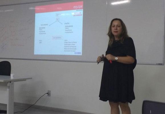 Lye Renata professora do FIAM-FAAM conversa com os alunos sobre TCC