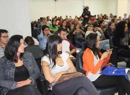 Os alunos participaram do debate com os jornalista convidados