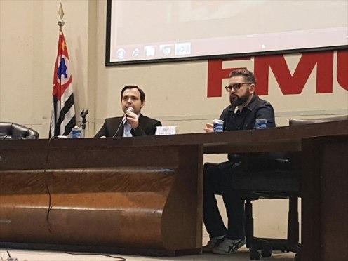 O coordenador do curso de Jornalismo da FIAM, Vicente Darde (esq.), apresenta Pablo Toledo. Foto: Marcelo Salgado