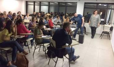 Os professores Johan Van Haandel e Adriana Braga conversaram com os alunos sobre a difusão da música na mídia brasileira