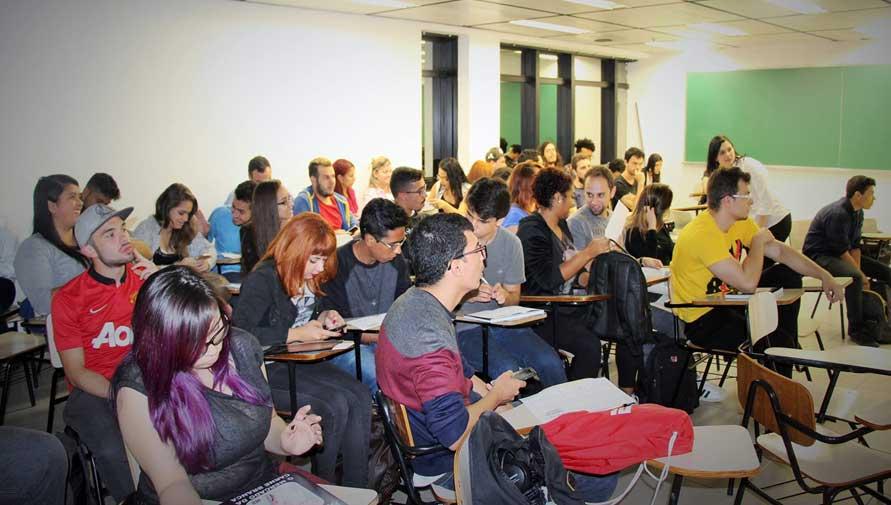 A oficina contou com ampla participação de alunos, que mostraram grande interesse pelo tema abordado pela professora – Crédito: Jeferson Santiago