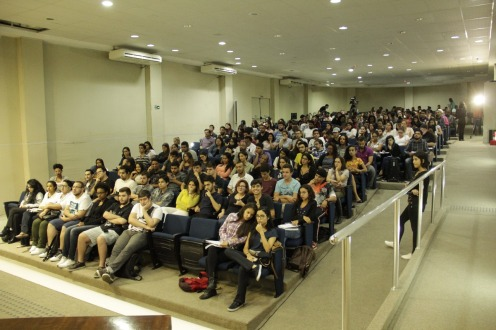 """auditório Nelson Carneiro, campus Liberdade, lotou para ver a mesa """"Cobertura política e eleições 2018"""" (crédito: André Almeida)"""