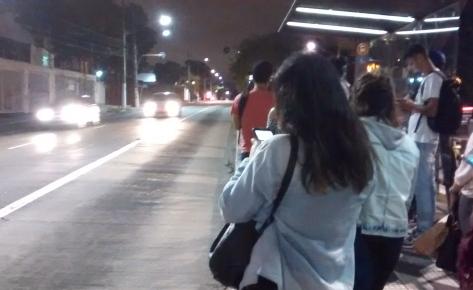 Ponto de ônibus na avenida Professore Francisco Morato. (crédito: Vitoria Rondon)