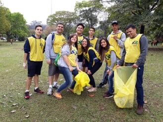 Equipe recolhendo lixo no Parque do Ibirapurera (crédito: Milena Wiltemburg Pochini)