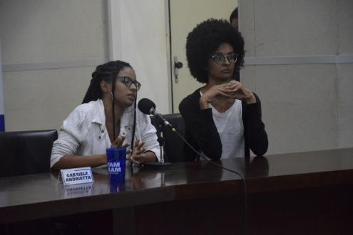 """Caroline Santos e Larissa Oliveira, documentário """"A cor do meu eu"""" (esquerda); Heloisa Maria, Jéssica de Assis, documentário """"2038"""" (direta). (crédito: Ricardo Negrathia)"""