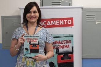 Professora Fabiola Tarapanoff com seu livro, Jornalistas no cinema (crédito: Barbara Cocurullo)